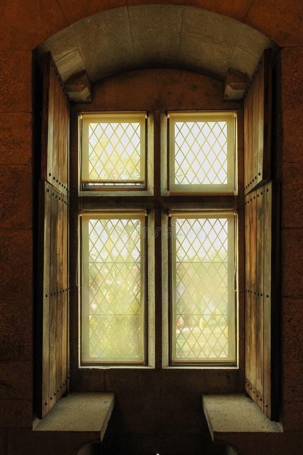 窗口发射孔 布拉干萨Duques的宫殿  吉马朗伊什 葡萄牙 库存照片