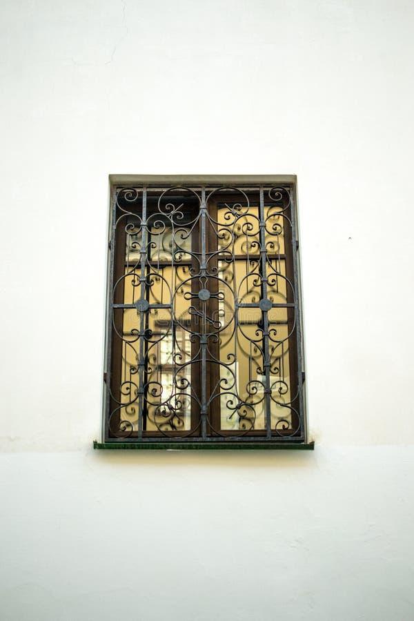 窗口和橙色墙壁 免版税库存照片