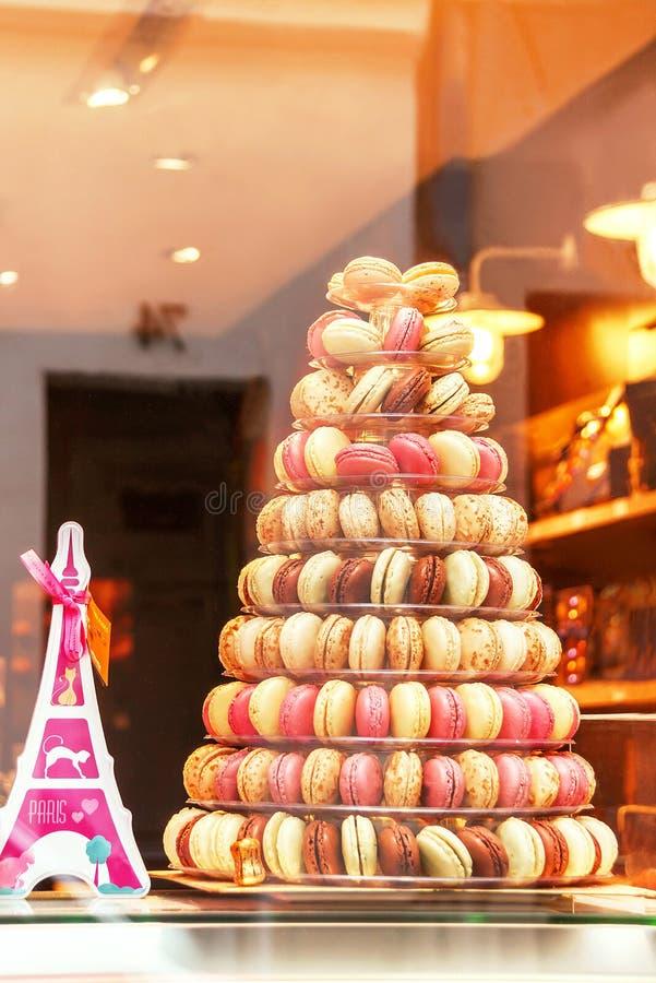 窗口商店(商店)有五颜六色的macarons的 巴黎 免版税库存图片