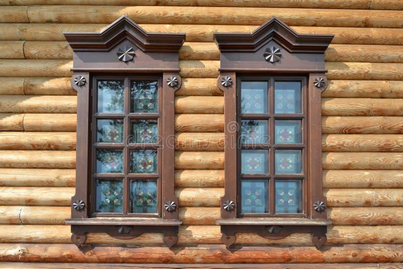 窗口在木房子里 免版税库存照片