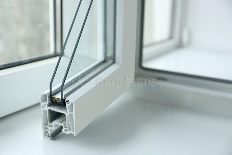 窗口外形样品在窗台特写镜头的 免版税库存照片
