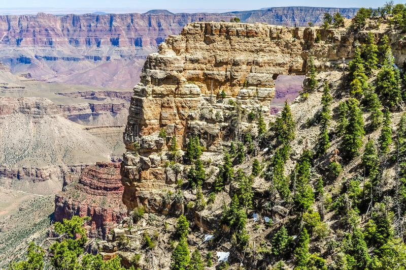 窗口岩石在亚利桑那显露大峡谷的北部外缘的科罗拉多河 库存图片