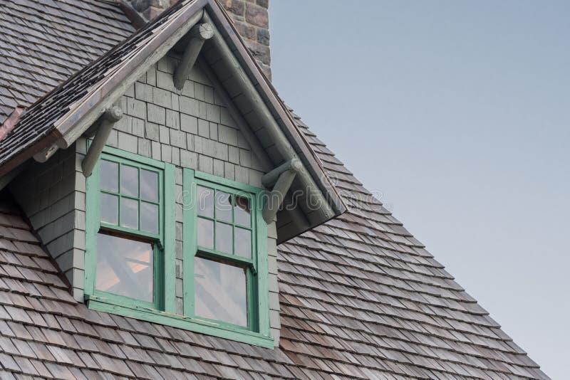 窗口房檐和木木瓦 免版税库存照片