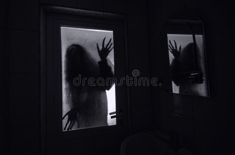 窗口木手举行笼子可怕场面万圣夜概念的恐怖妇女弄脏了巫婆剪影  恐怖概念 免版税库存照片