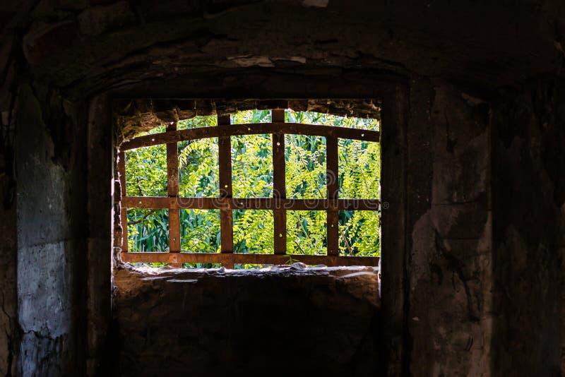 窗口束缚了生锈的,铁棍 库存图片