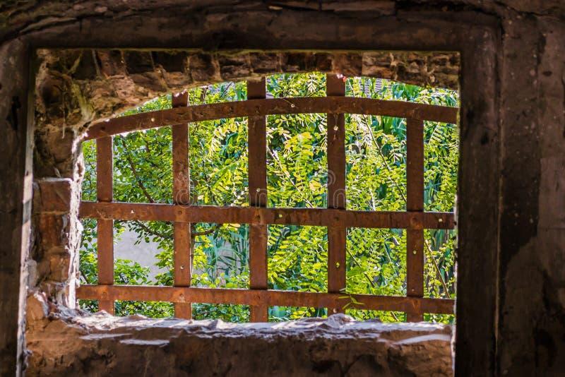 窗口束缚了生锈的,铁棍 免版税库存图片
