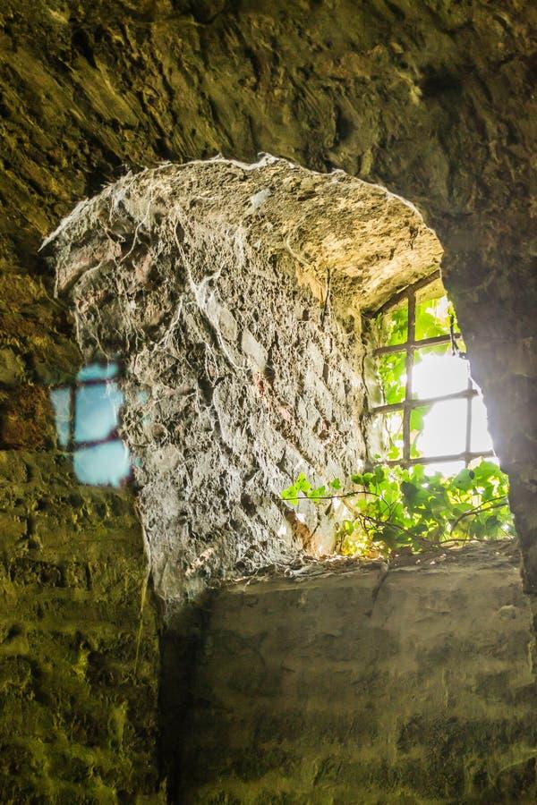 窗口束缚了生锈的,铁棍 免版税库存照片