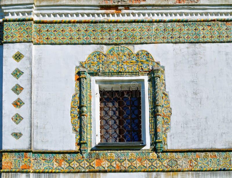 窗口构筑与五颜六色的古老锦砖 尼古拉斯Vyazhischsky stauropegic修道院, Veliky诺夫哥罗德,俄罗斯 免版税库存图片