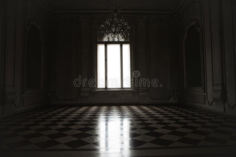 窗口点燃了与神奇白光在安装的一间鬼的屋子 库存图片