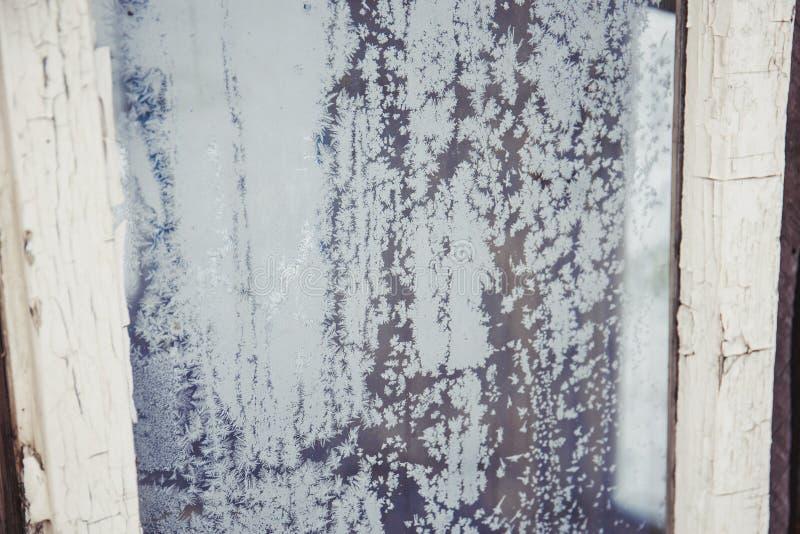窗口玻璃复盖与冰霜纹理在冬天 免版税库存图片