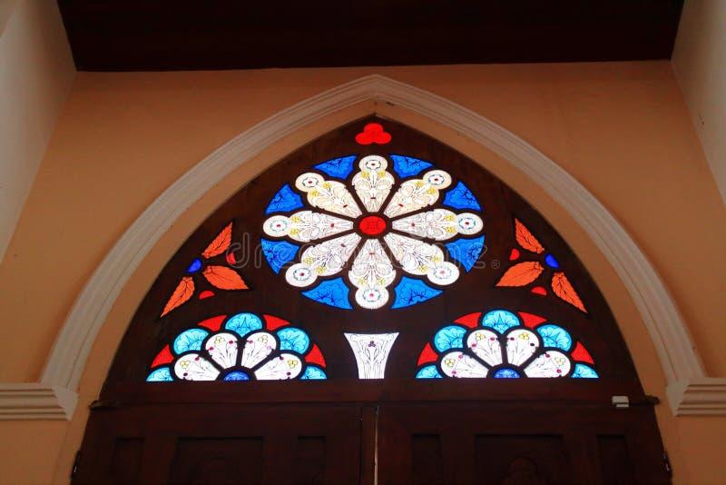 窗口的五颜六色的杯 库存照片