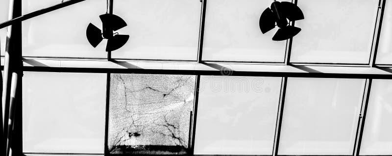 窗口的玻璃屋顶,在蓝天 免版税图库摄影