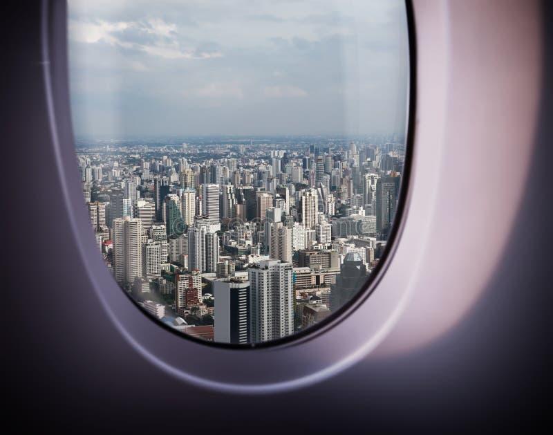 从窗口的美好的城市视图 免版税库存图片