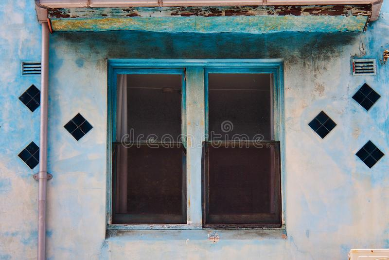 窗口细节在老蓝色大厦的 库存图片