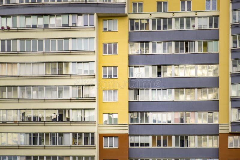 窗口行在住宅高层建筑物的 免版税库存图片