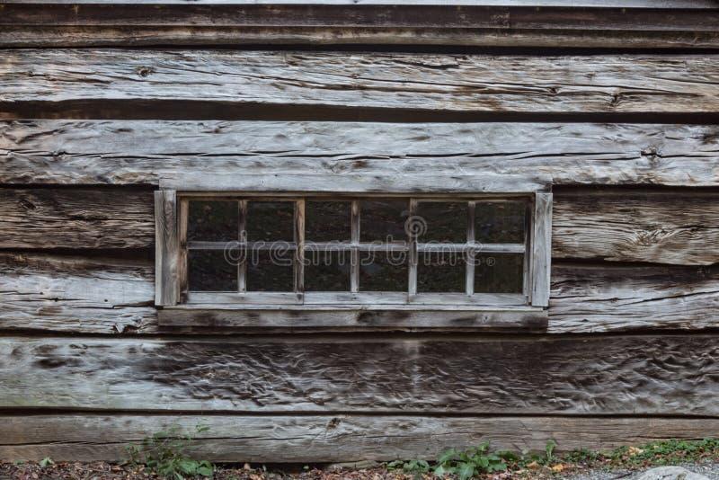 窗口银行的外视图在一栋老山原木小屋的 库存图片