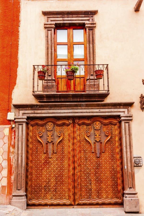 窗口门面金黄布朗木门圣米格尔德阿连德Mex 库存照片