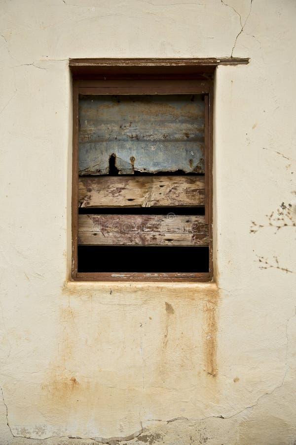 Download 窗口 库存图片. 图片 包括有 布琼布拉, 外部, 土气, 框架, 视窗, 房子, 葡萄酒, 墙壁, 放弃了 - 30338259