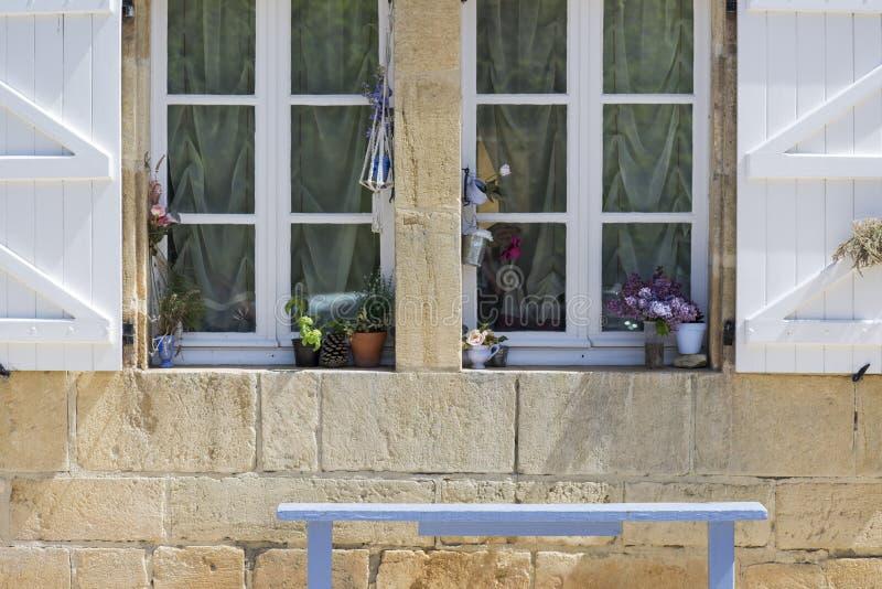 Download 窗口 库存图片. 图片 包括有 房子, 外面, 气候, 豪华, 典雅, 快门, 外部, 生活, 拱道, 样式 - 72371547