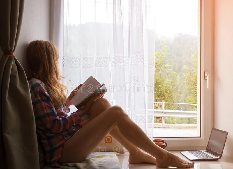 窗台的女孩 免版税库存照片