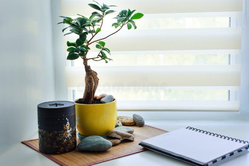 窗台的工作场所 免版税库存图片