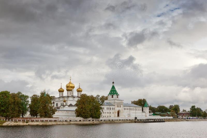 从窝瓦河的Ipatievsky修道院 免版税库存图片