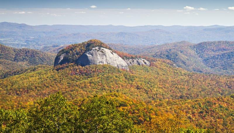 窥镜岩石在秋天,蓝色里奇大路 库存图片