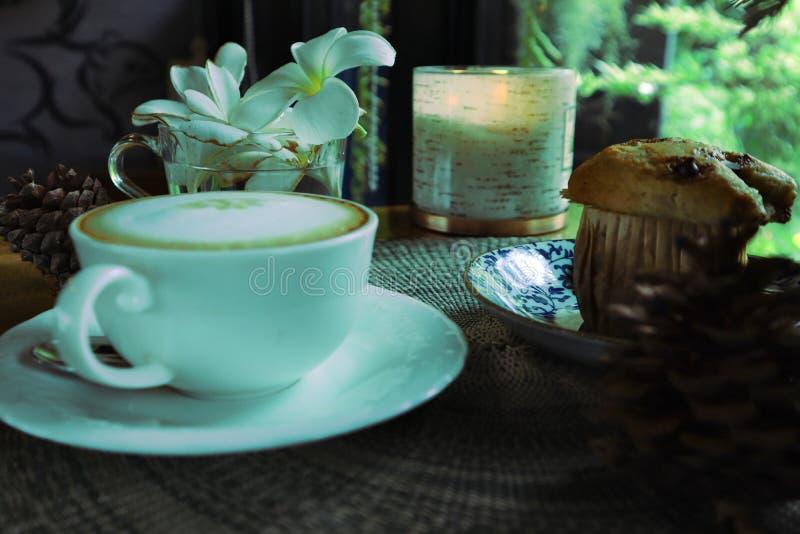 立即可食可口热奶咖啡和葡萄干香蕉的蛋糕 库存照片
