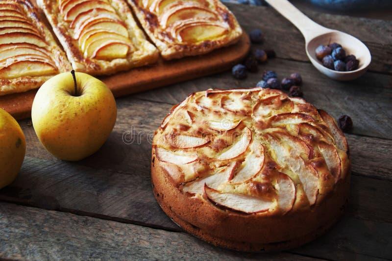 立即可食自创有机苹果饼的点心 在一张木桌上的可口和美丽的苹果饼,在一个土气木厨房选项 库存图片