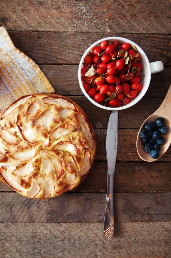 立即可食自创有机苹果饼的点心 在一张木桌上的可口和美丽的苹果饼,在一个土气木厨房选项 免版税图库摄影