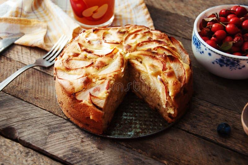 立即可食自创有机苹果饼的点心 在一张木桌上的可口和美丽的苹果饼,在一个土气木厨房选项 免版税库存图片