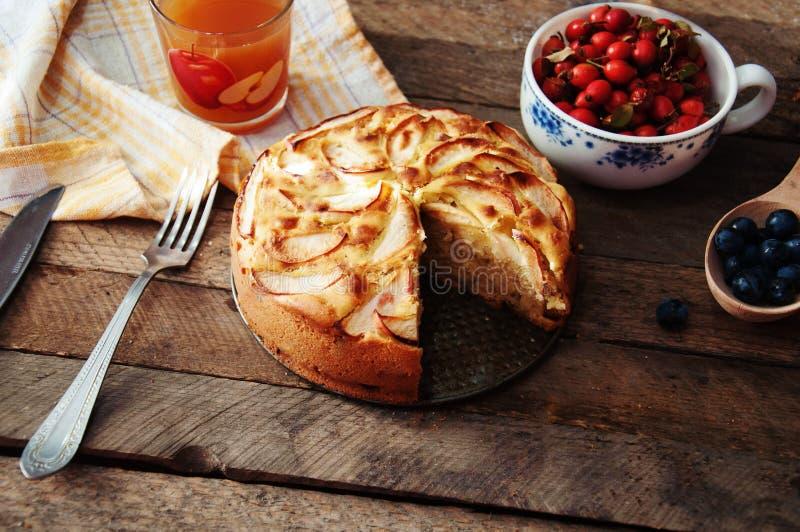 立即可食自创有机苹果饼的点心 在一张木桌上的可口和美丽的苹果饼,在一个土气木厨房选项 库存照片