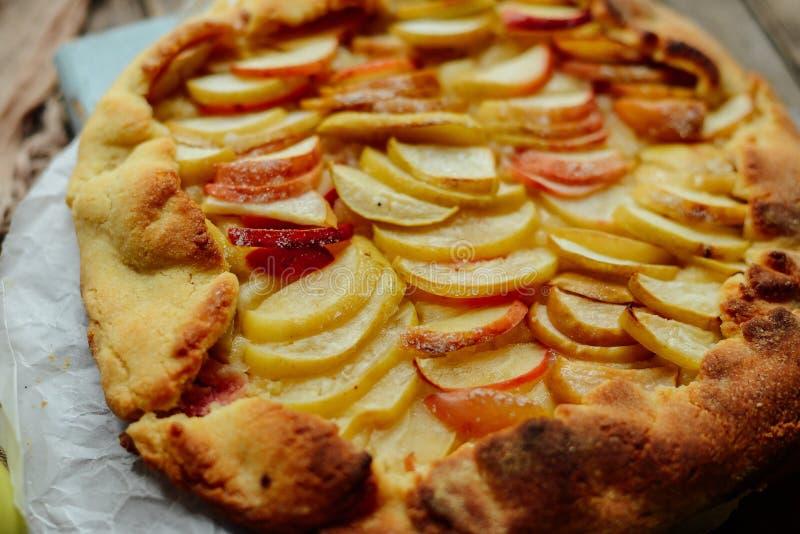 立即可食自创有机苹果饼的点心 在ta的苹果饼 库存照片