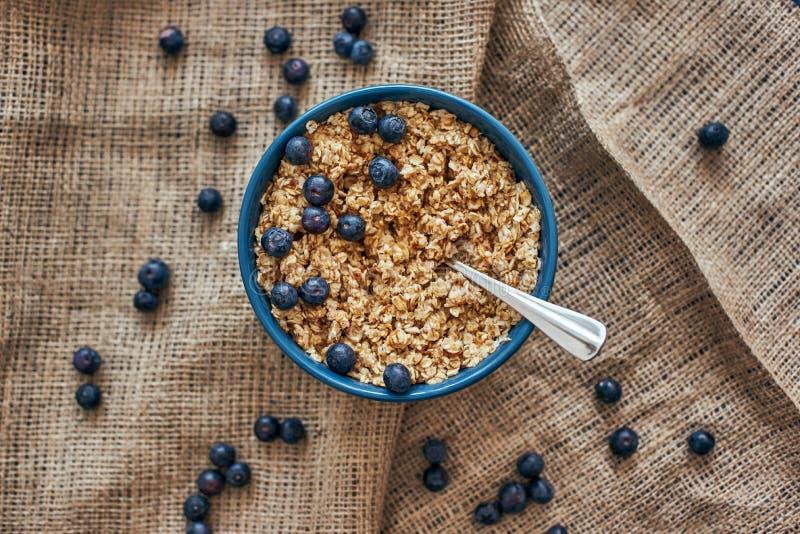立即可食 muesli碗顶视图用蓝莓 图库摄影