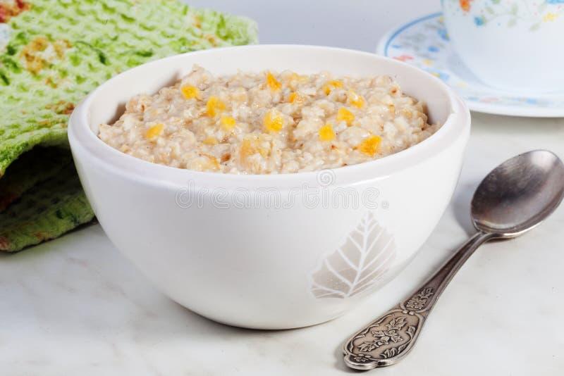 立即燕麦粥粥用苹果,没有烹调,静物画,片断,早餐 库存照片