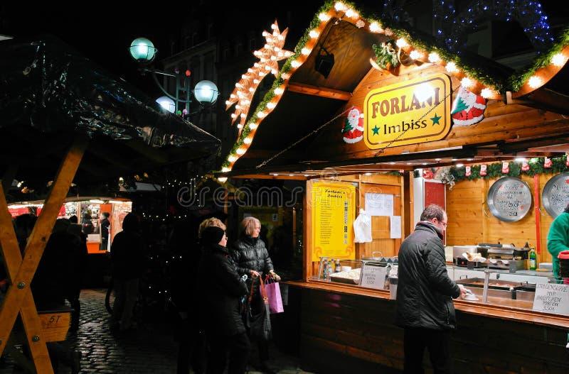 立场用在圣诞节市场上的食物 免版税库存照片