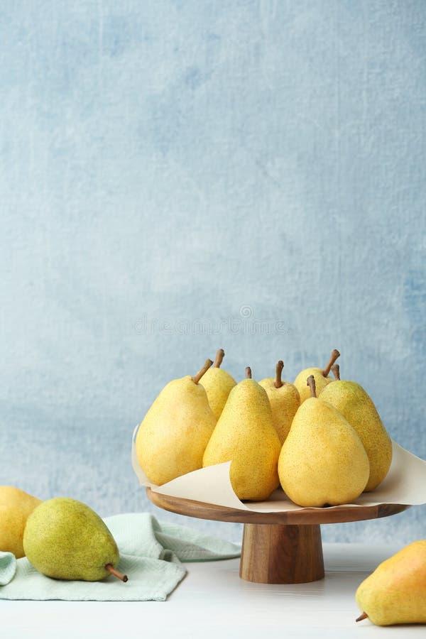 立场用在桌上的新鲜的成熟梨 库存图片