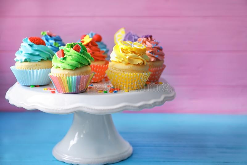立场用鲜美明亮的杯形蛋糕 库存照片