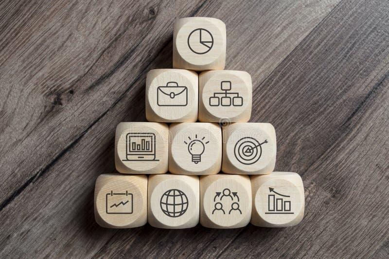 立方体切成小方块与群策群力和电灯泡配合 库存图片