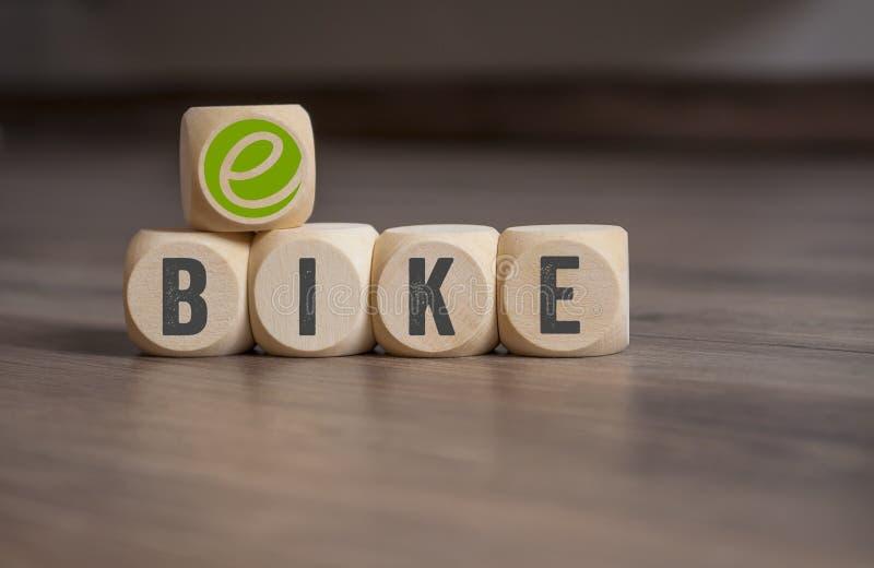 立方体切成小方块与e自行车 免版税库存照片