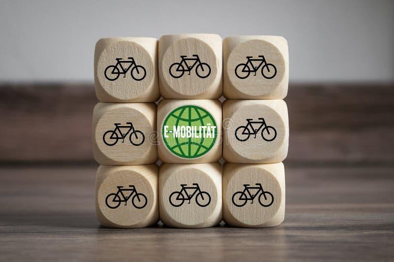 立方体和模子与e自行车和e流动性 免版税库存照片