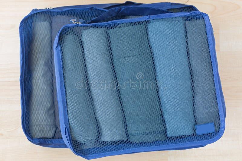 立方体用滚动的衣裳捕捉了袋子 设置旅行组织者帮助包装组织完善 图库摄影