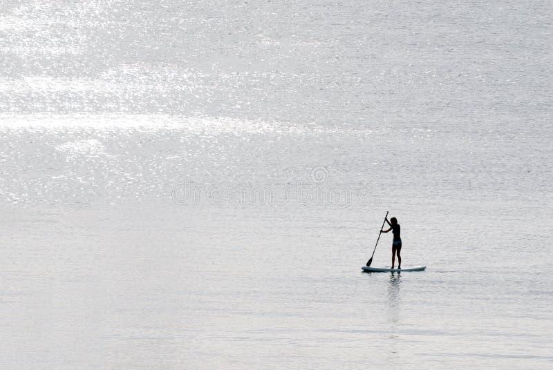 直立的桨冲浪者女孩 库存照片