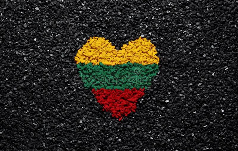 立陶宛的旗子,立陶宛旗子、心脏在黑背景,石头、石渣和木瓦,墙纸 库存照片