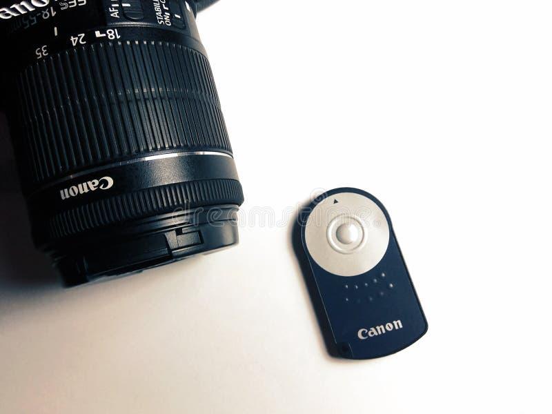 立陶宛维尔纽斯 — 04 19 2019:具有无线遥控器的佳能相机 免版税图库摄影