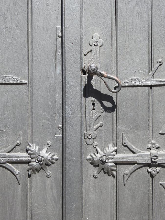 立陶宛,漂亮的老门,有把手 免版税库存图片