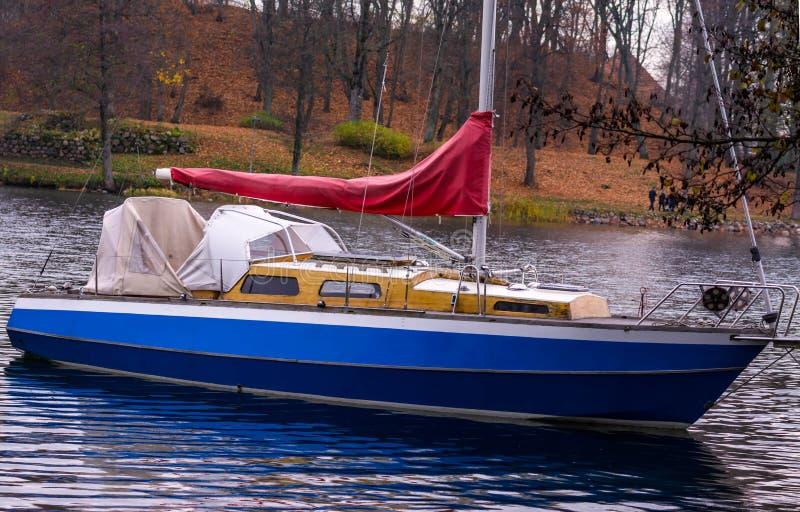 立陶宛,特拉凯2018-11-02,老小船o galve湖 季节的结尾 库存照片