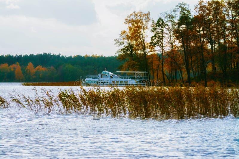 立陶宛, Trakai Galve湖, 2017年 10 19秋天五颜六色的湖和小船在背景,美好的秋天天 库存图片