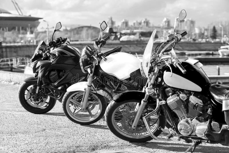 站在队中三辆的摩托车,黑白图象 库存照片