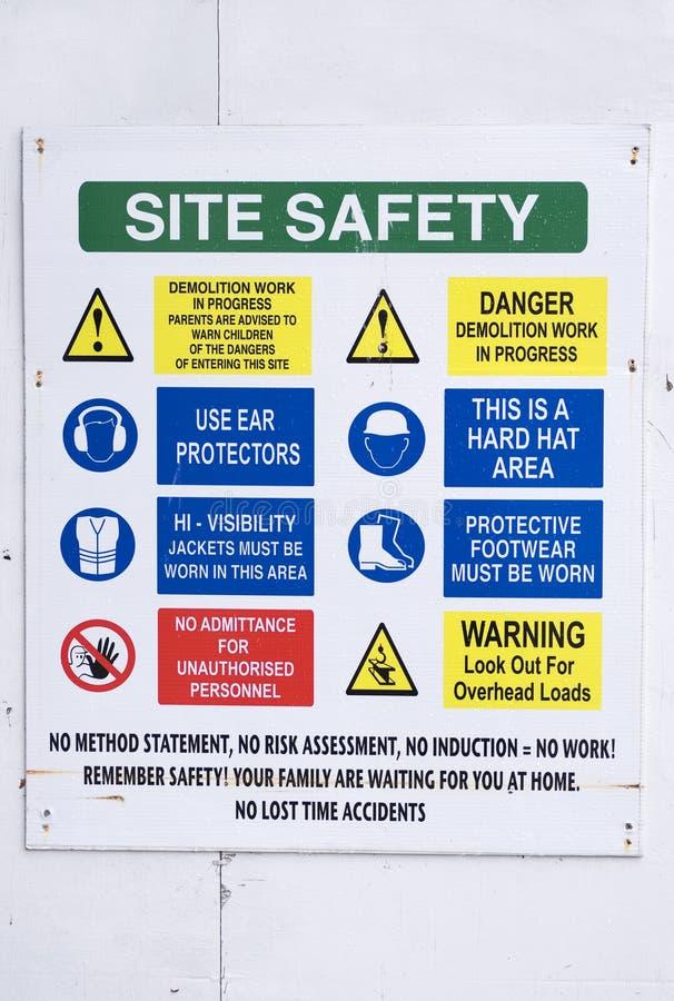 站点在建筑大厦入口的健康与安全标志在船上 免版税库存图片
